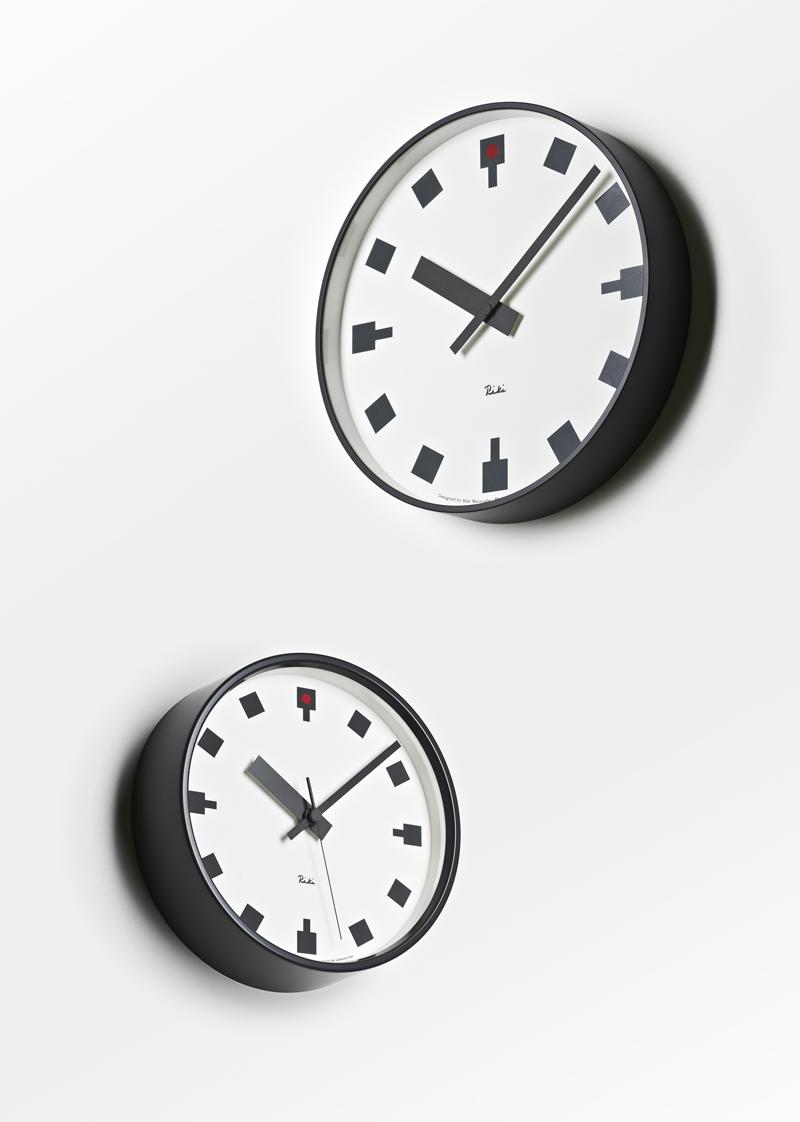 壁を飾る美しい時計展